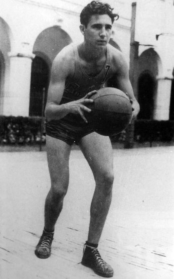 Fidel Castro playing basketball aged 17, 1943. History in Pictures.