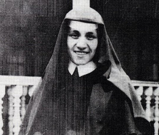 Mother Teresa at the age of 18 in Ireland, circa 1928. Classic Pics.