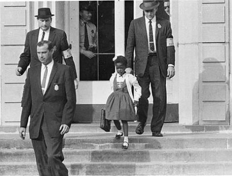 Em 14 de novembro de 1960, Ruby Bridges, uma menina de seis anos de idade, foi levada à escola em Nova Orleans, EUA, por uma escolta de policiais federais.