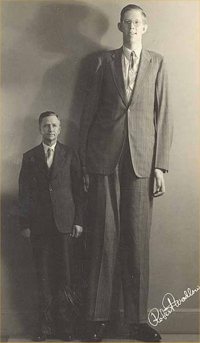 Robert-Wadlow-the-tallest-man-known-to-have-lived-2.72-metres-or-8-feet-11-inches-with-his-father-Harold-Wadlow-1.82-metres-or-6-feet-0-inches. Old Pics Archive.