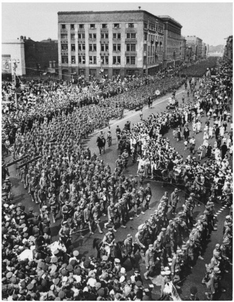 57,000 German prisoners of war are herded through downtown Moscow, July 1944. Old Pics Archive.