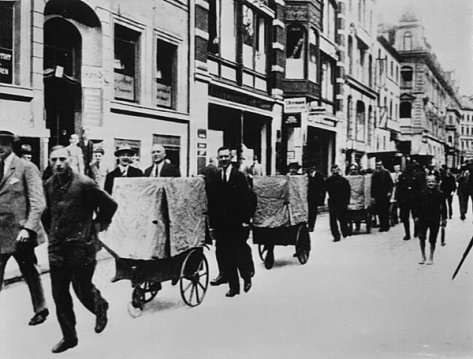 Cash being transported to pay salaries, Germany 1923. Hyperinflation in Germany, 1923. Old Pics archive.