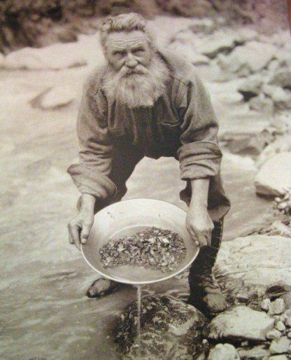Panning for gold, Yukon, 1898. Old Pics Archive.