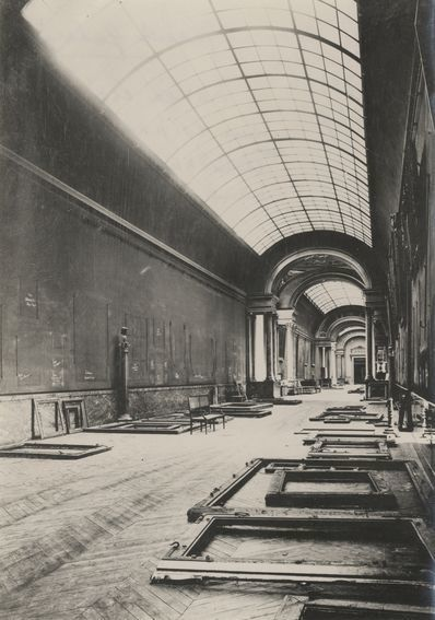 Paris The Louvre during the Second World War. History in Pictures.