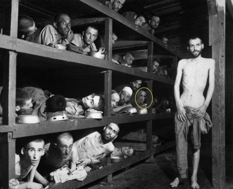 Campo de concentração de Buchenwald em 1945, na imagem Elie Wiesel, Nobel da Paz, que faleceu hoje. Fotos de fatos.