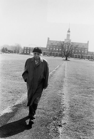 Einstein walks through the campus of Princeton University. Old Pics Archive.