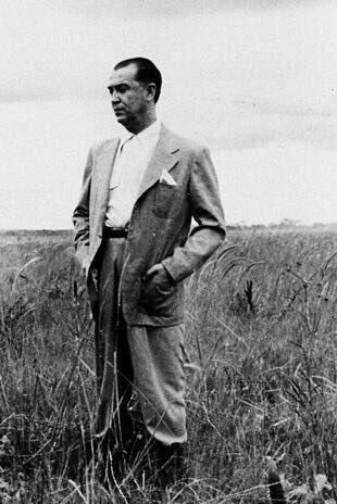 Presidente Juscelino Kubitschek em primeira viagem ao local onde seria construída Brasília, 1956. Fotos de fatos.