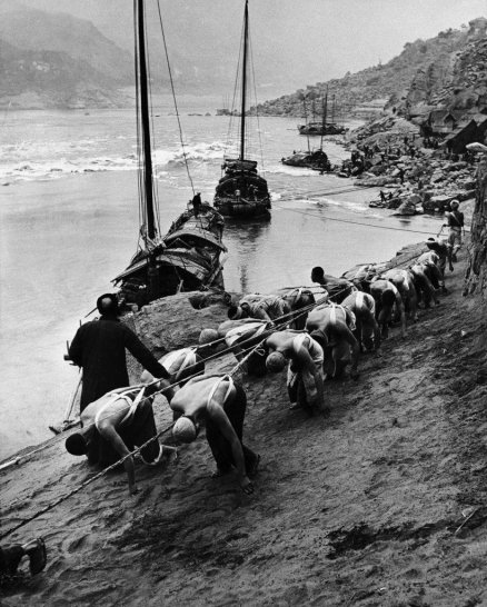 Yangtze River, Sichuan, China. Photo by Dmitri Kessel, 1946. Old Pics Archive.