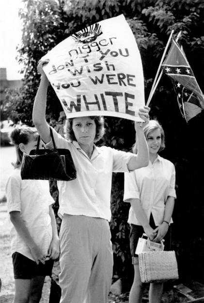 Counter-protester-with-her-daughters-at-a-civil-liberties-rally-by-black-people-in-Louisiana-1965. Old Pics Archive.