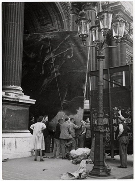 Evacuation of the Louvre Art Treasury, before the Nazi occupation of Paris. Old Pics Archive.