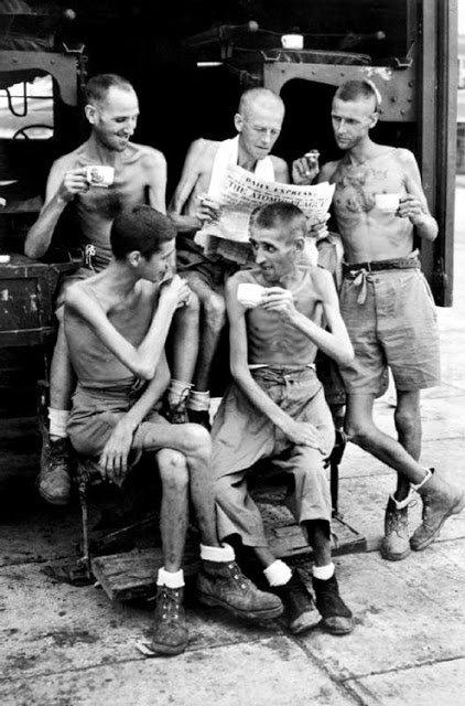 Soldados ingleses libertados de campo de prisioneiros na Sumatra, descansam e comentam sobre a bomba de Hirosh,1945. Fotos de fatos.