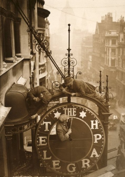 Workmen dismantling the clock outside the Daily Telegraph for the building's remodel c.1930. Old Pics Archive.
