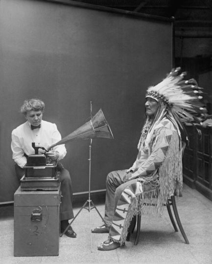 ethnomusicologist-frances-densmore-recording-the-music-of-a-blackfoot-chief-onto-a-phonograph-in-1916-old-pics-archive