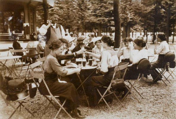 ladies-take-a-refreshment-break-on-a-hot-day-tuileries-garden-paris-1914-old-pics-archive