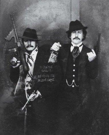 o-narcotraficante-colombiano-pablo-escobar-a-direita-posando-para-uma-foto-como-um-gangster-junto-com-seu-primo-gustavo-1980-fotos-de-fatos