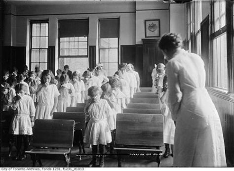 students-take-part-in-a-nose-blowing-class-toronto-1913-history-in-pictures