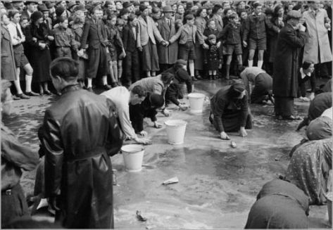 viennese-jews-are-made-to-scrub-the-streets-in-humiliation-after-the-german-annexation-of-austria-1938-old-pics-archive