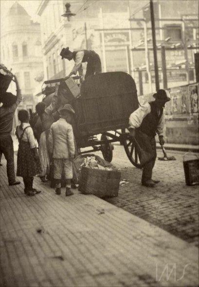 carroca-de-coleta-de-lixo-na-rua-direita-entre-o-largo-da-misericordia-e-a-rua-sao-bento-1910-sao-paulo-em-fotos