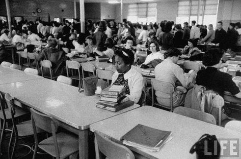 uma-estudante-afro-americana-almoca-sozinha-apos-entrar-para-o-colegio-em-1959-fotografia-impactante-que-demonstra-o-racismo-na-epoca-fotos-de-fatos