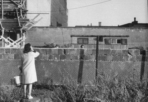 mulher-que-havia-escapado-para-berlim-ocidental-fala-com-sua-mae-que-ainda-esta-em-berlim-oriental-1961-fotos-de-fatos