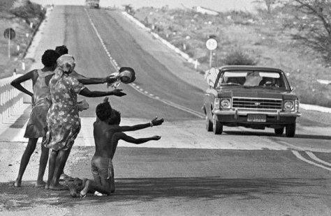 Uma família pede comida na beira da estrada durante estiagem no sertão nordestino, Ceará, 1985. Fotos de fatos.
