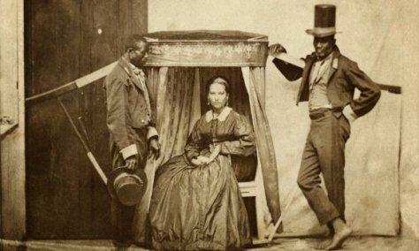 """Senhora na liteira (uma espécie de """"cadeira portátil"""") com dois escravos, Bahia, 1860. Fotos de fatos."""
