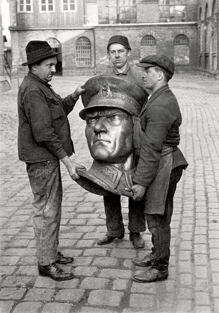 Trabalhadores turcos que carregam a cabeça de bronze de Atatürk. Arquivo de fotos antigas.