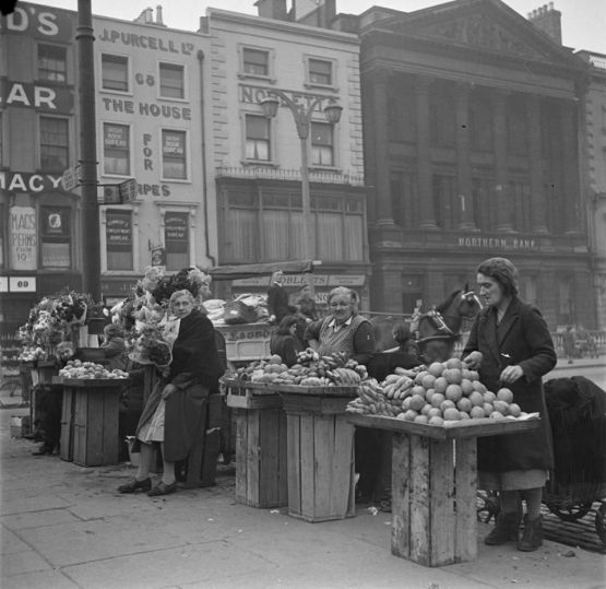 An open air market in 1946 Dublin, Ireland. Old Pics Archive.