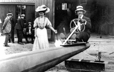 Santos Dumont e amigos no seu hangar, Paris, 1900. Fotos de fatos.