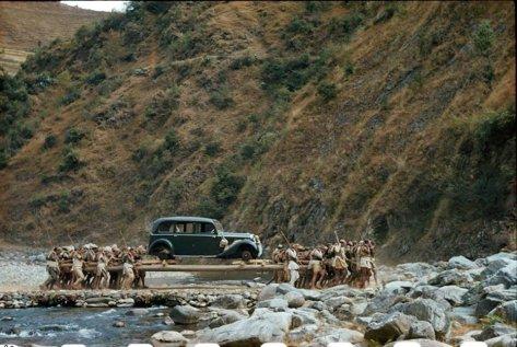 Nativos levando nas costas um Rolls Royce para a família real do Nepal, em 1950. Fotos de fatos.