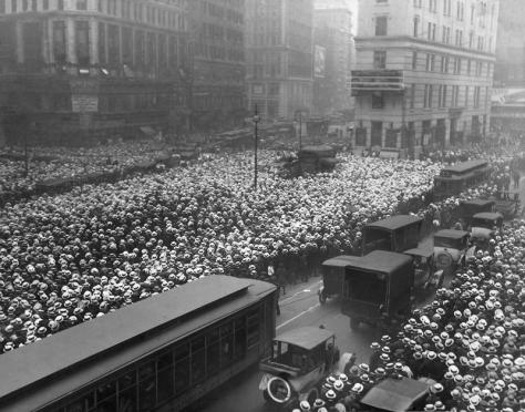 Mais de 10 mil pessoas se reúnem fora do prédio do New York Times aguardando o resultado da luta entre os boxeadores Jack Dempsey e Georges Carpentier, 1921. Old Pics Archive.