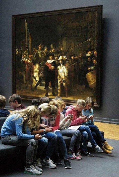 Adolescentes visitam o Rijksmuseum, principal museu Holandês, em 2017. Fotos de fatos.