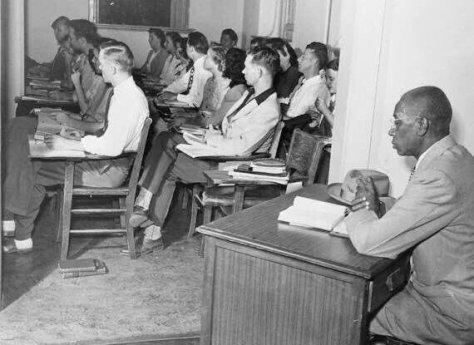 Em 1948 aluno negro em Universidade de Oklahoma era obrigado a assistir fora da sala de aulas dos brancos. Fotos de fatos.