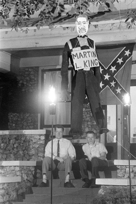 Boneco representando Martin Luther King enforcado em frente a uma casa sulista em protesto contra as manifestações por igualdade racial, nos EUA, em 1963. Fotos de fatos.