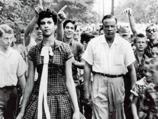 Dorothy Counts tinha 15 anos quando se tornou a primeira menina negra no colégio Harding, em Charlotte, sul dos EUA, em 1957. Fotos de fatos.