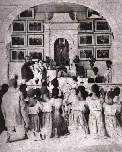 Fotografia rara e impressionante mostra escravos em missa católica na igreja da fazenda Água Limpa, em Patrocínio, MG, 1860. Fotos de fatos.