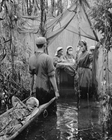 Hospital temporário no pântano, Vietnã, em 1970. Fotos de fatos.